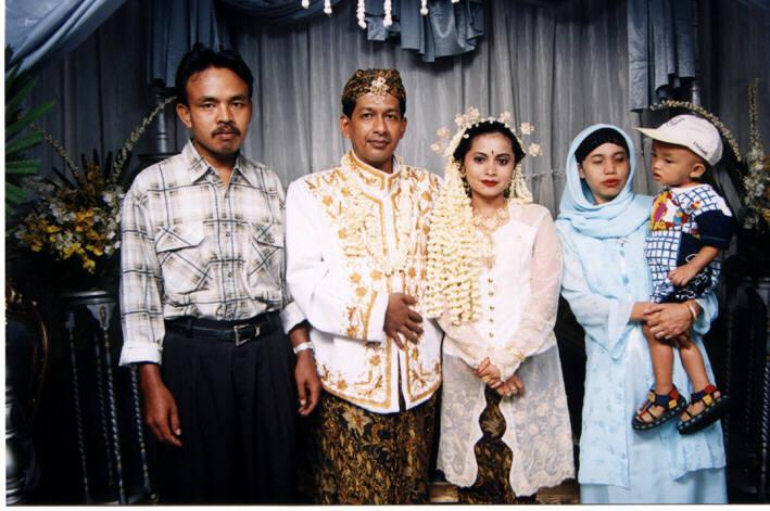 Juga dengan kakaknya Nia bersama suami dan anaknya