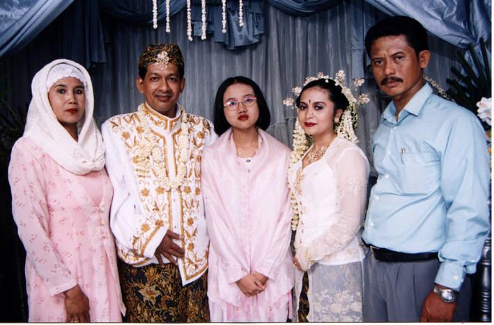 Bersama kakaknya Nia dengan istri dan putrinya