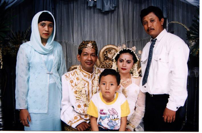 Masih bersama kakaknya Nia dengan istri dan putranya