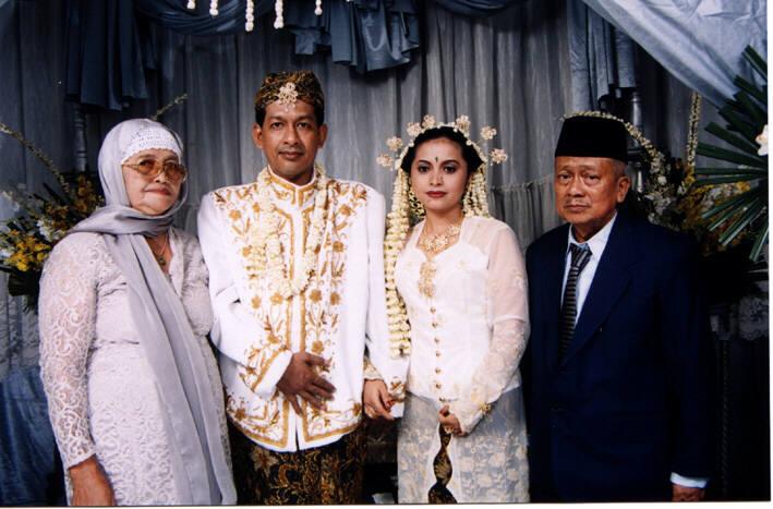 Dengan Ibu dan Ayahnya Nia...