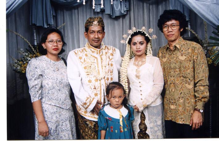 Mang Enung bersama anak dan istrinya
